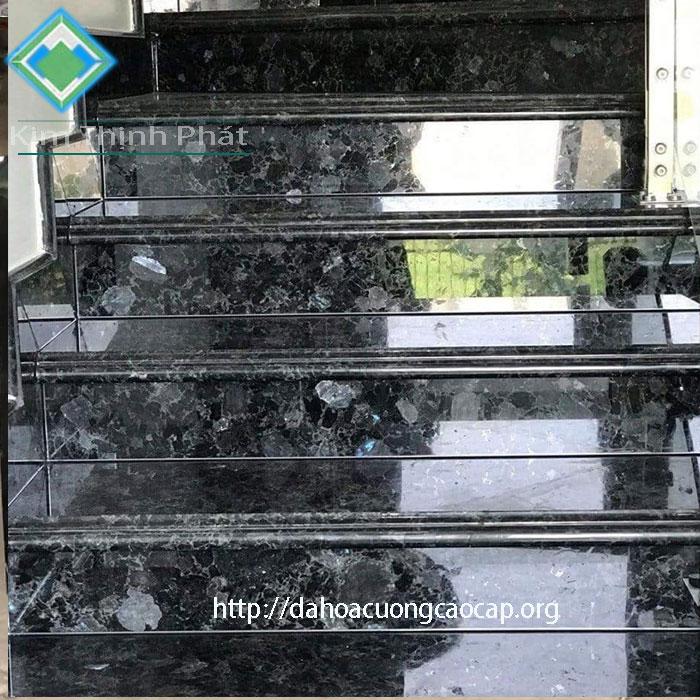Cầu thang đá hoa cương tự nhiên đen xà cừ ngọc trai
